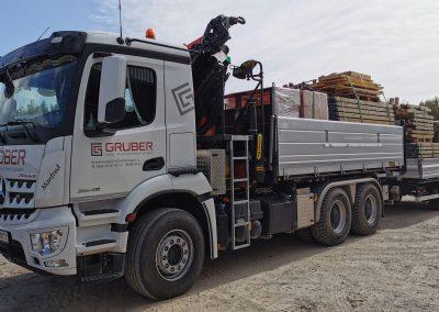Erdbau Transport voll beladener LKW mit Anhänger
